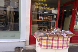 Lefkada città,negozio alimentare tipico, locale di Lefkada città, cosa mangiare a Lefkada, taverne e ristoranti a Lefkada, locali tipici di cucina tradizionale a Lefkada