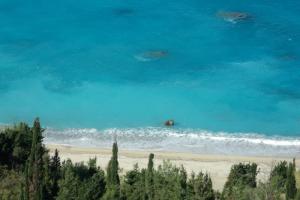 Vegetazione a picco sul mare di Kalamitzi a Lefkada