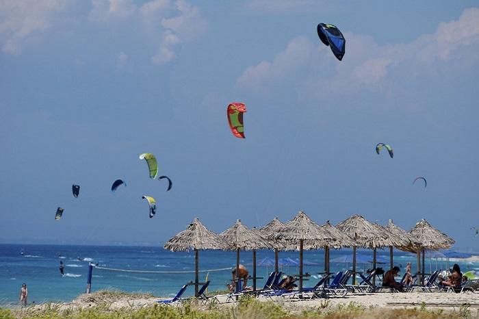 milos beach con kitesurf, sport acquatici sull'isola di Lefkada, windsurf, festival di Vassiliki, dove alloggiare a Lefkada, come arrivare a Lefkada, curiosità, itinerari, cosa fare a Lefkada