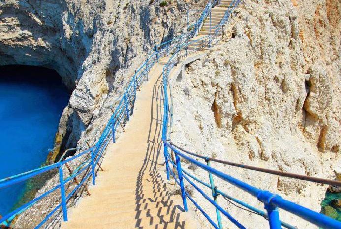 passerella porto katziki, Lefkada, spiaggia di Porto Katziki sull'isola di Lefkada in Grecia, locali, taverne, mare azzurro e blu pastello, come arrivare sulle spiagge più belle di Lefkada