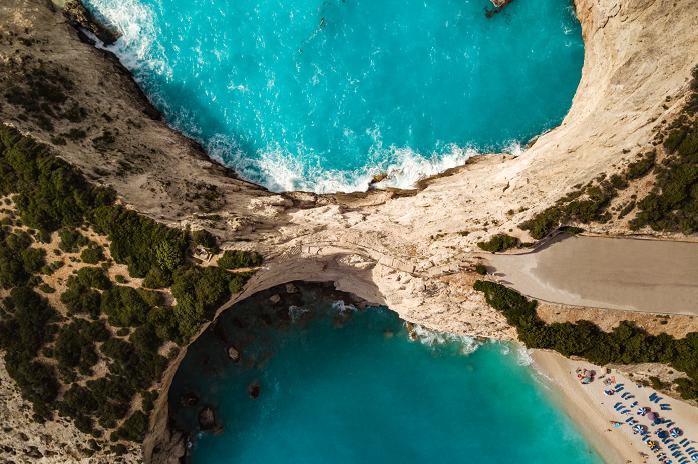porto katziki veduta dall'alto, lefkas, passerella porto katziki, Lefkada, spiaggia di Porto Katziki sull'isola di Lefkada in Grecia, locali, taverne, mare azzurro e blu pastello, come arrivare sulle spiagge più belle di Lefkada